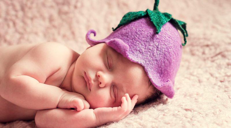 de ce dorm bebelusii mult