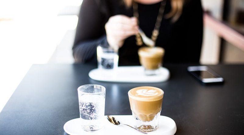 cafea cu apa tonica